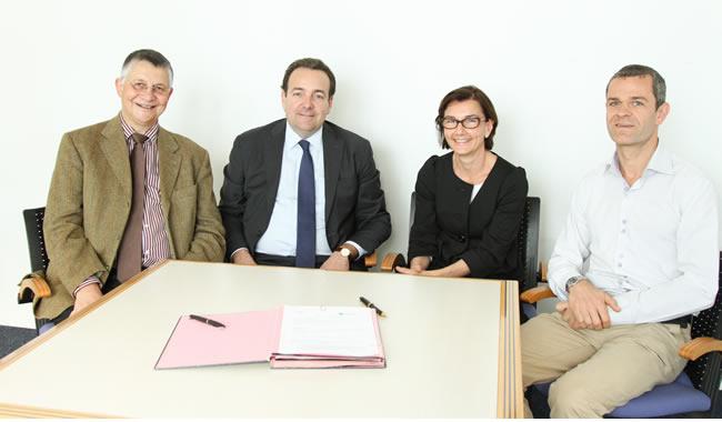 Bernard Vanneste, Alexandre Mafaye, Elisabeth Laurent et Bastien Nivet lors de la signature de l'accord de partenariat