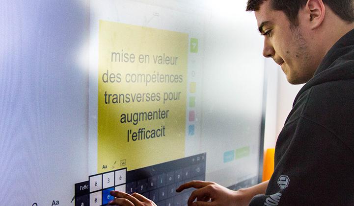 L'écran interactif de la salle Creative Space.