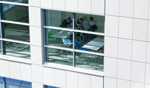 Etudiants travaillant dans les locaux du Pôle 305x180 - Entrepreneuriat et innovation